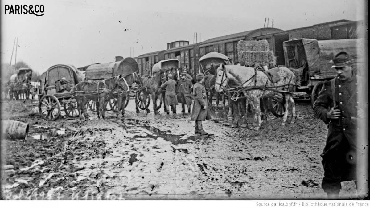 Soldats déchargeant un train en 1915 (Gallica, BNF)